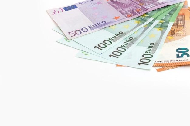 Euro-banknoten auf weißem hintergrund isoliert