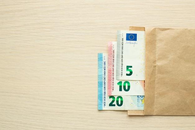 Euro-banknoten im bastelumschlag auf dem tisch