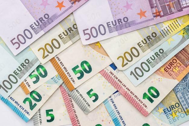 Euro-banknoten lokalisiert auf weißem hintergrund, nahaufnahme