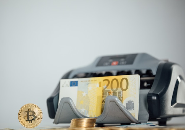 Euro-banknoten und bitcoin-kryptowährungs-investitionskonzept. euro-geld und kryptowährung goldene bitcoin-münze.