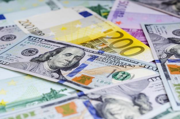 Euro-banknoten und -dollar nach dem zufallsprinzip angeordnet