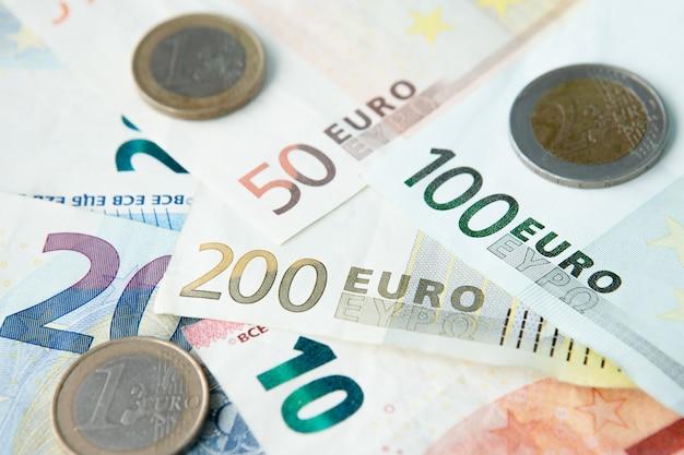 Euro-banknoten und -münzen