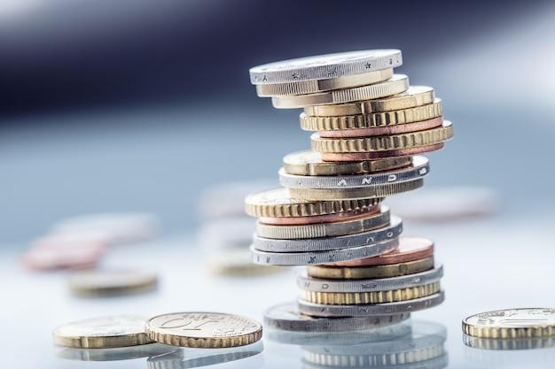 Euro-geld euro-währung münzen in verschiedenen positionen aufeinander gestapelt geldkonzept