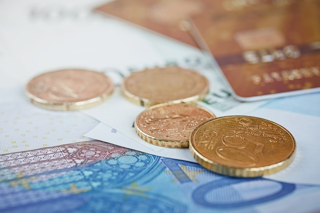 Euro-geld: nahaufnahme von banknoten und münzen. finanzkonzept