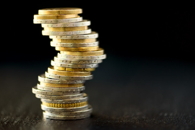 Euro geld, währung. erfolg, reichtum und armut, konzept der armut. euro-münzen-stapel