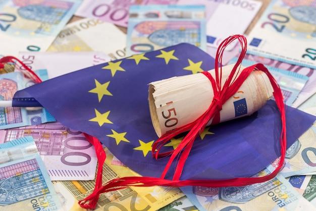 Euro mit rotem band und flagge von europa