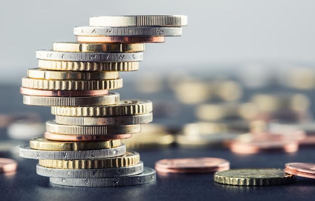Euro-münzen. euro-geld. euro-währung. münzen, die in verschiedenen positionen aufeinander gestapelt sind. geld-konzept.