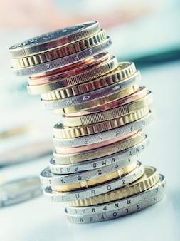 Euro-münzen in verschiedenen positionen übereinander gestapelt.