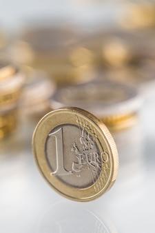 Euro-münzensalden auf einer anderen münze und mehreren losen münzen