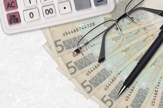 Euro-rechnungen fan und taschenrechner mit brille und stift