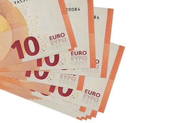 Euro-rechnungen liegen in kleinen bündeln oder packungen, die auf weißem konzept isoliert sind