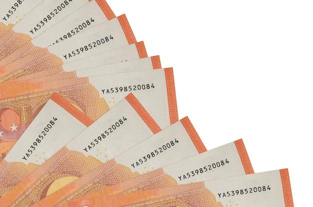 Euro-rechnungen liegen isoliert auf weißem hintergrund mit im fächer gestapeltem kopierraum