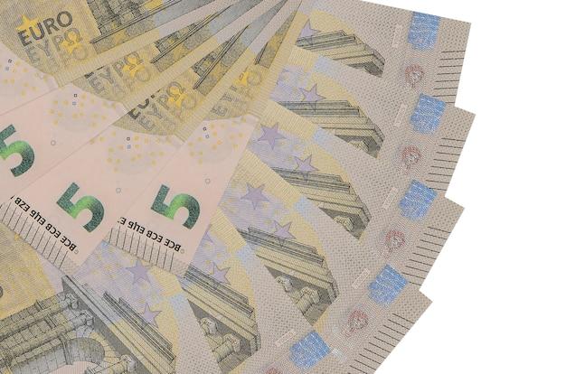 Euro-rechnungen liegen isoliert auf weißem hintergrund