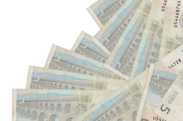 Euro-scheine liegen in unterschiedlicher reihenfolge isoliert auf weiß
