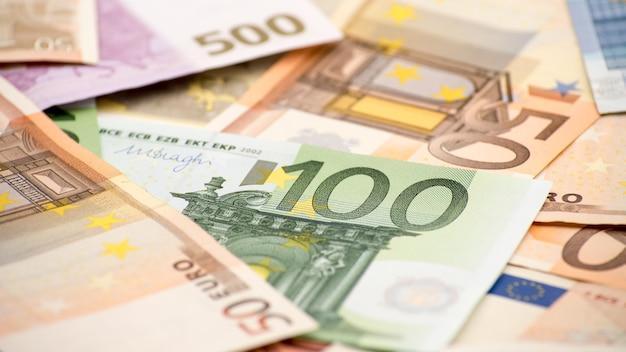 Euro-scheine mit unterschiedlichen werten. ein hunderter-euro-schein. bargeld hintergrund. echte banknoten hundert. gutes einkommen. ausgabe des gehalts. kredit-prozent