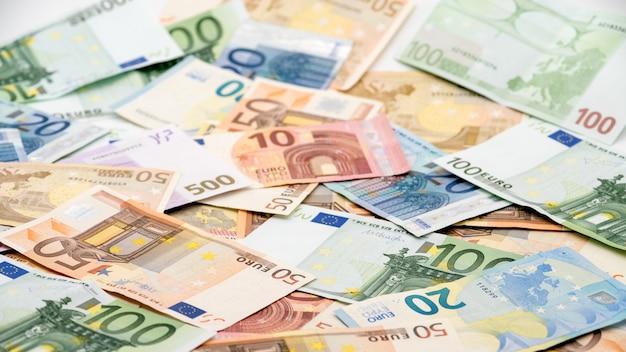 Euro-scheine mit unterschiedlichen werten. euro-schein von zwanzig, fünfzig, eins, zwei, fünfhundert. bargeld-banknoten-geld-hintergrund. gutes einkommen. ausgabe des gehalts. kredit-prozent