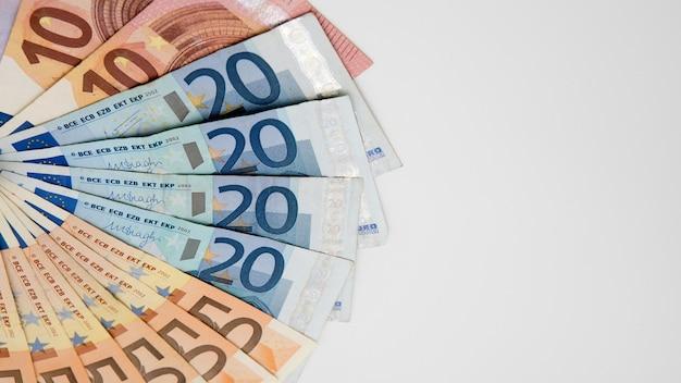 Euro-scheine mit unterschiedlichen werten. euro-schein von zwanzig und fünfzig. bargeld-banknoten-geld-hintergrund. gutes einkommen. ausgabe des gehalts. kredit-prozent