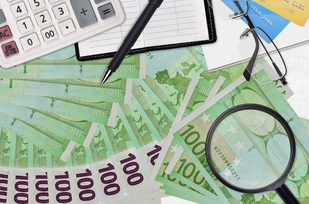 Euro-scheine und taschenrechner mit brille und stift