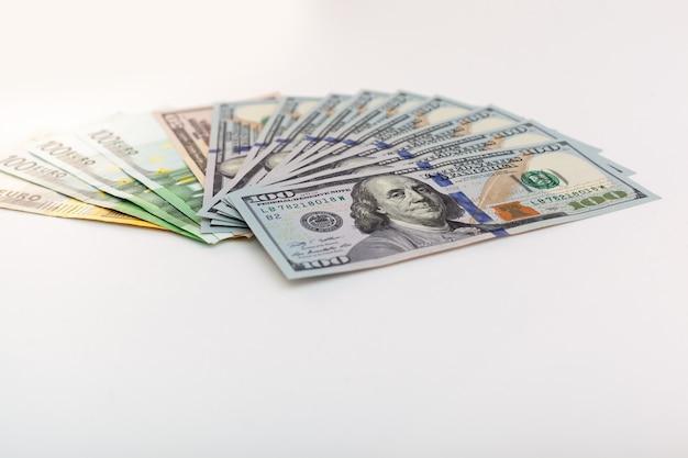 Euro- und dollar-banknoten auf weißem hintergrund isoliert
