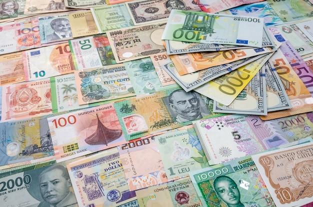 Euro- und dollar-banknoten zur weltweiten geldsammlung