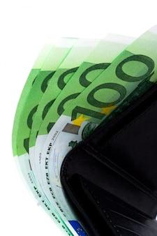 Euro und eine lederne geldbeutelnahaufnahme auf weißem hintergrund