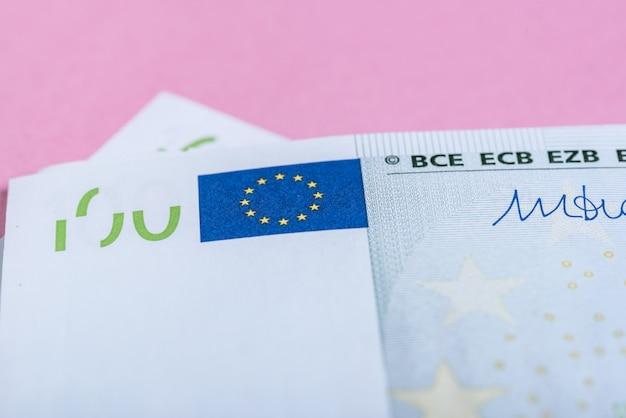 Eurobargeld auf einem lila, purpurroten und rosa hintergrund