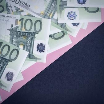 Eurobargeld auf einem rosa und schwarzen hintergrund. euro-geld-banknoten. euro-geld. euro rechnung. platz für text.