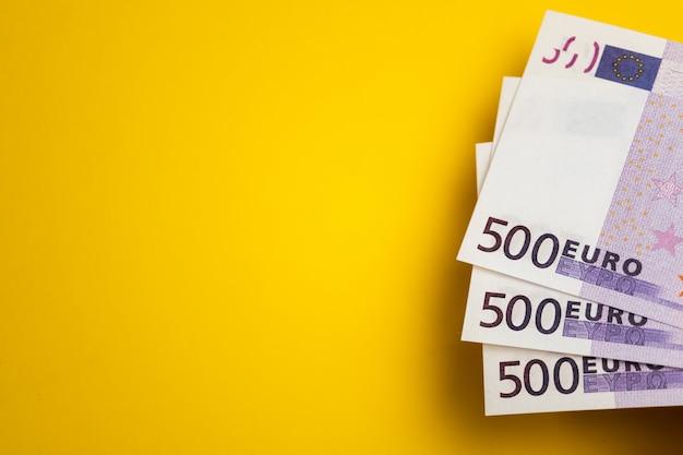 Eurobargeld, banknoten auf der gelben tabelle