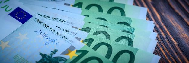 Eurobargeldbanknoten auf dunklem holz