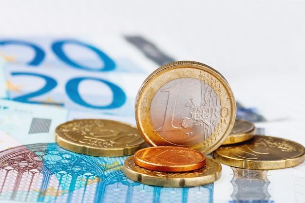 Euromünzen und banknoten.
