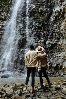 Europa-reisende bewundern den wasserfall im urlaub
