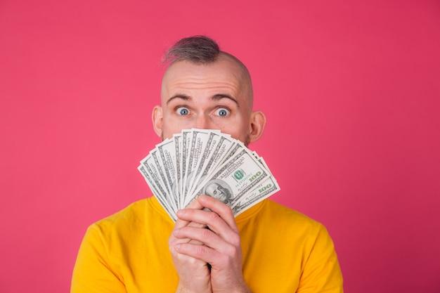 Europäer mann, mit fan auf 100 dollar schockiert aufgeregt erstaunt isolierten raum