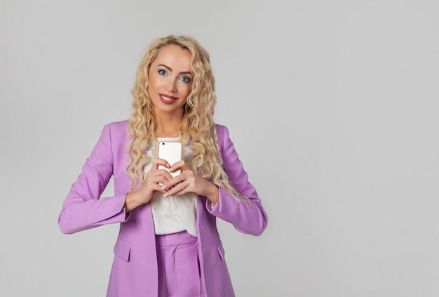 Europäische bloggerin fotografiert ihre freundin mit einem smartphone.