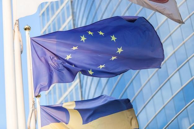 Europäische flagge mit modernen wolkenkratzern