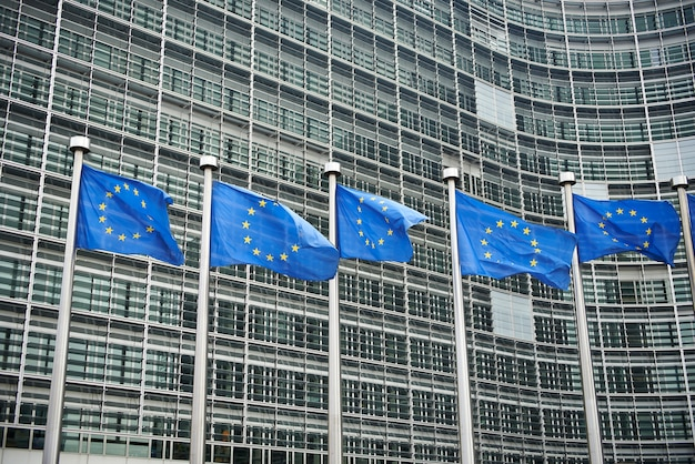 Europäische flaggen vor dem berlaymont-gebäude, hauptquartier