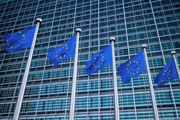 Europäische flaggen vor dem berlaymont-gebäude