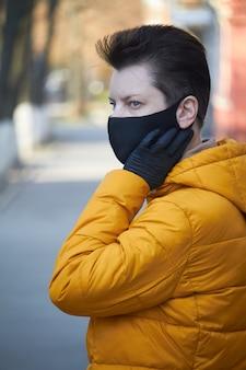 Europäische frau mittleren alters in schützender schwarzer maske, frau mit maske während der coronavirus-covid-19-epidemie. kranke frau, die schutz während der pandemie trägt.
