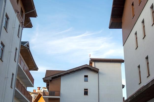 Europäische häuser mit balkonen gegenüber blauem himmel