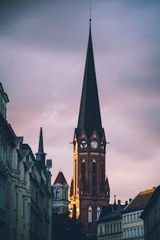 Europäischer kirchturm bei herbstlichem sonnenuntergang