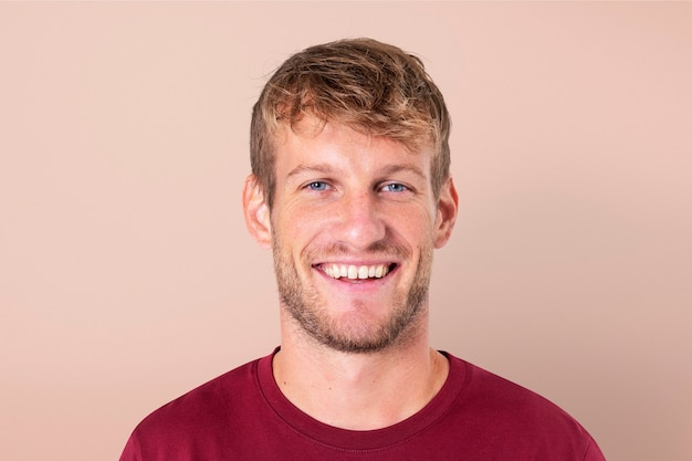 Europäischer mann lächelnd fröhlichen ausdruck closeup portrait