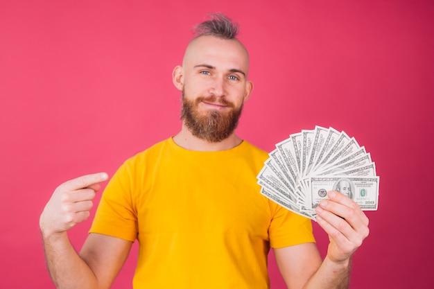 Europäischer mann, mit fan auf 100 dollar positivem lächeln punkt finger isolierten raum