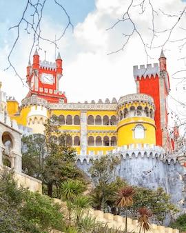 Europäischer pena palast in sintra, portugal, mittelalterliche königliche architektur,