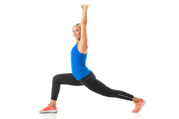 Europäisches blondes mädchen führt körperliche übungen durch