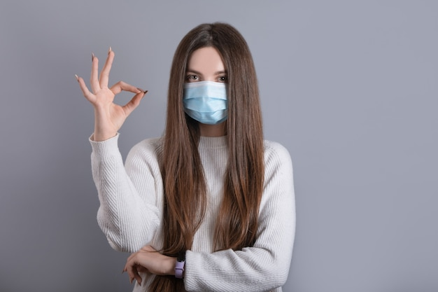 Europäisches mädchen in einer medizinischen maske