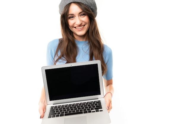 Europäisches mädchen mit einem offenen laptop