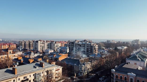 Europäisches stadtzentrum, stadt poltawa in der ukraine. luftdrohnenschuss. winter osteuropa. hochwertiges 4k-filmmaterial