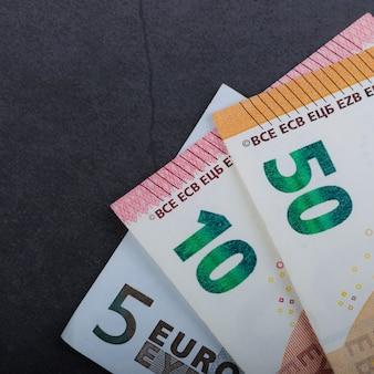 Eurorechnungen. verschiedene bezeichnungen auf einem grauen hintergrund
