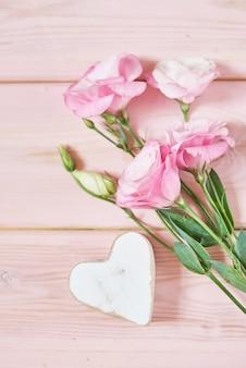 Eustomablumen auf rosa