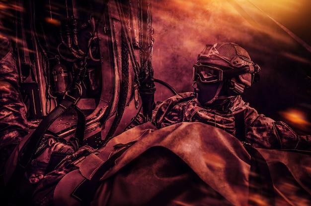 Evakuierung eines verwundeten soldaten per helikopter. battlefield-stil. das konzept der militärischen konflikte. hohe qualität