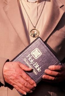 Evangelischer minister, der bibel hält